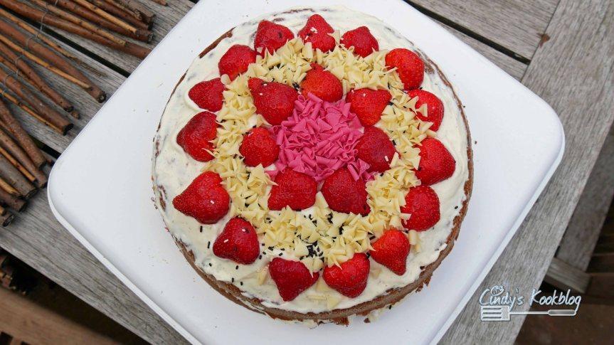 Aardbeienbiscuit met wittechocolademousse